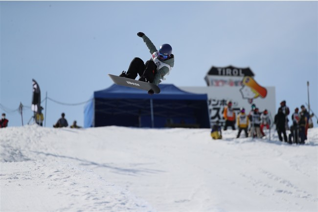 清水さら選手のスノーボードで滑る姿